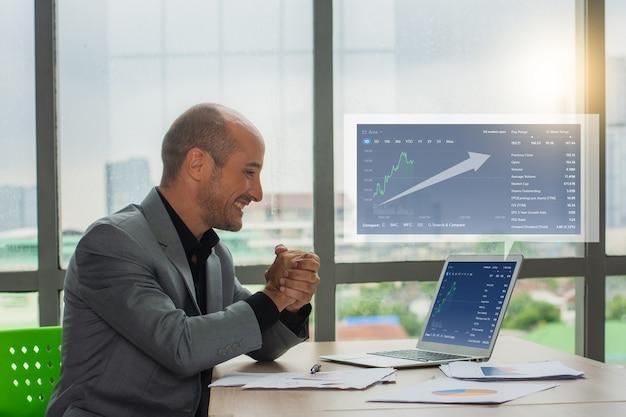 Succès de l'homme d'affaires commercial en ligne avec la croissance du marché des graphiques numériques, commerçant heureux dans le commerce des bénéfices