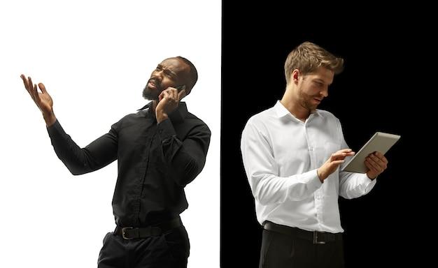 Le succès des hommes afro et caucasiens heureux