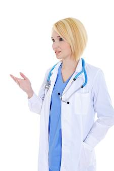 Succès jeune femme médecin disant quelque chose