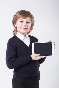 Succès jeune homme avec un presse-papiers souriant