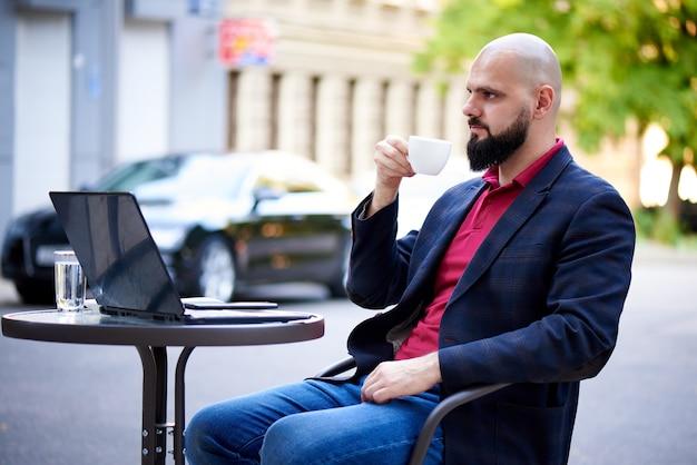 Succès jeune homme travaille dans un café.