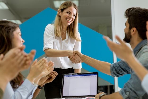 Succès de jeunes hommes d'affaires ayant la réunion dans le bureau moderne