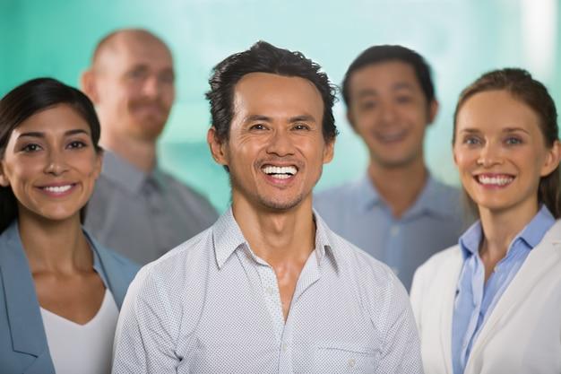 Succès sourire confiant business team diverse