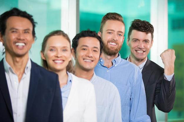 Le succès sourire des gens d'affaires debout en rang