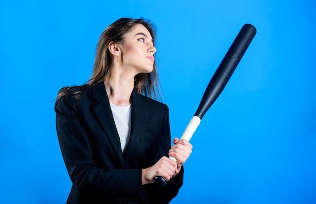 Le succès à tout prix. combattant de fille sportive. équipement de sport. femme réussie. vie de rue. femme sexy avec une batte de baseball. grand succès du jeu. femme d'affaires confiante. sale affaire criminelle.