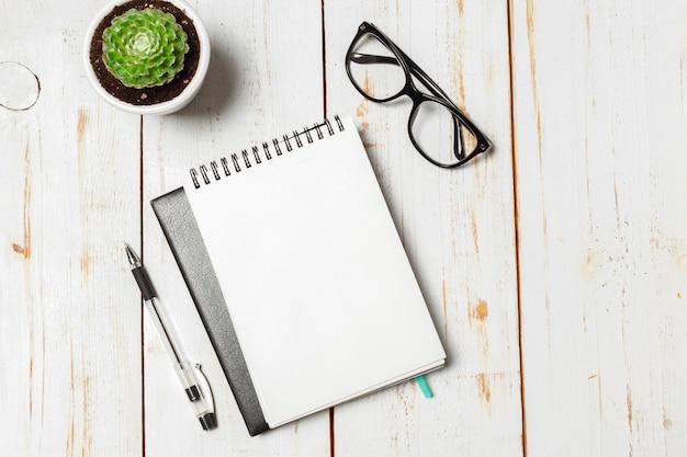 Succulent et notebook papier en pot sur la table