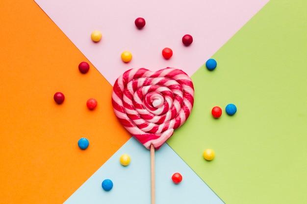 Sucette colorée vue de dessus et bonbons