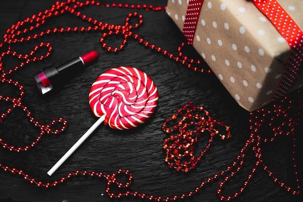 Sucette de couleur rouge et ronde sur fond noir doux