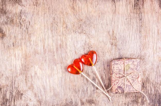 Sucette en forme de coeur sur table en bois