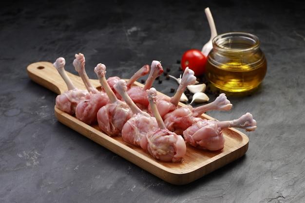 Sucette de poulet cru dix morceaux de sucette de poulet disposés sur une planche de service
