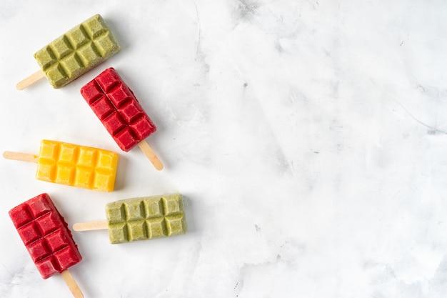 Sucettes aux fruits colorés, sucettes sur fond blanc