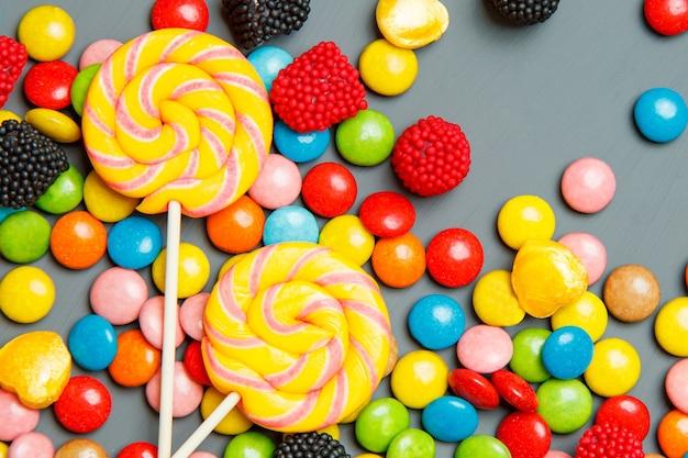 Sucettes et bonbons colorés sucrés