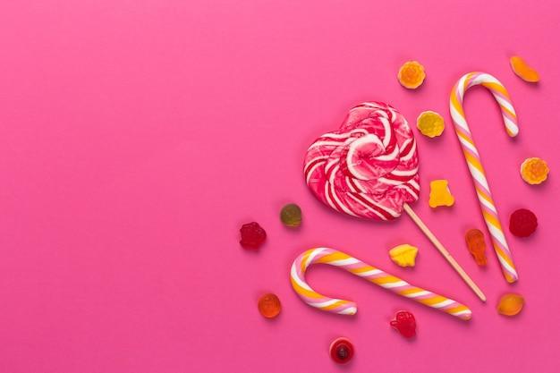 Sucettes colorées sur fond rose