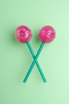 Sucettes colorées isolées. candy concept sur fond vert menthe avec espace copie