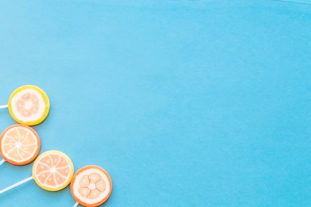 Sucettes colorées sucettes rondes sur fond bleu