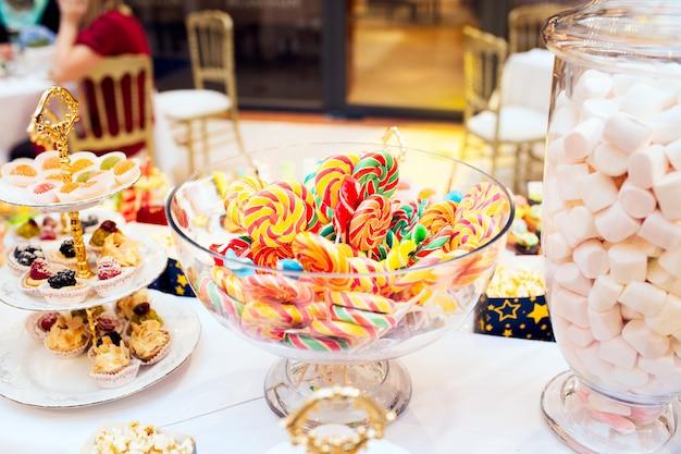 Sucettes colorées sur une table de fête