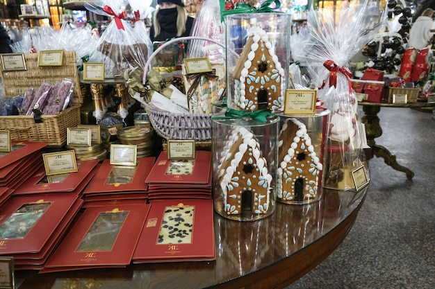 Sucettes de noël dans le magasin pendant les vacances du nouvel an. symboles d'arbre et de bonhomme de neige de noël.