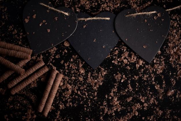 Sucettes rouges en forme de coeur, isolées sur un fond noir