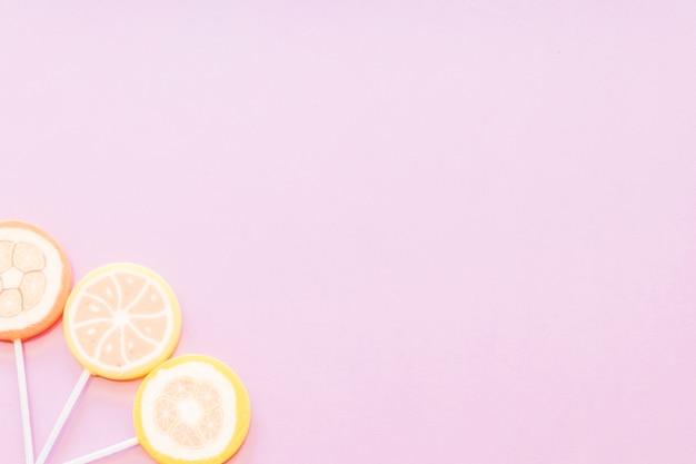 Sucettes de sucre gelée sur le coin de fond rose