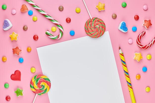 Sucettes sucrées et bonbons avec une feuille de papier
