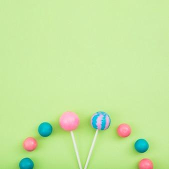 Sucettes et sucreries alignés sur la table