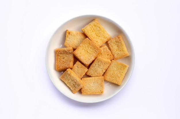 Sucre au beurre de pain croustillant sur fond blanc.