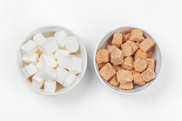 Sucre blanc raffiné et morceaux de sucre brun non raffiné