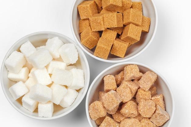 Sucre blanc raffiné et morceaux de sucre brun non raffinés