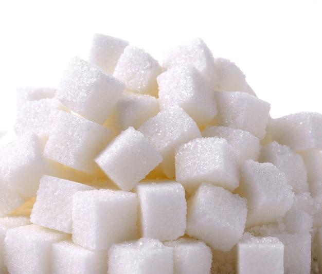 Sucre cube sur fond blanc
