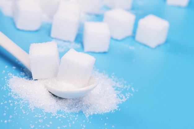 Sucre avec espace copie. sucre blanc sur table bleu turquoise