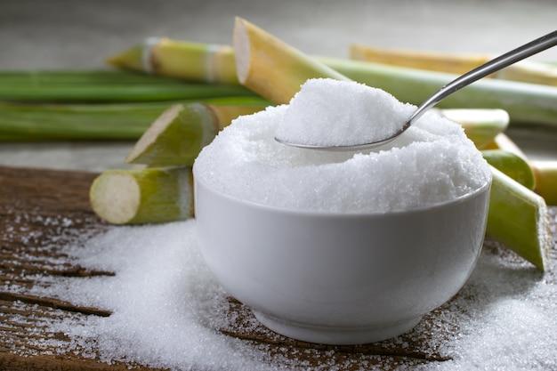 Sucre granulé dans une cuillère en argent vide prêt pour l'affichage ou le montage de votre produit.