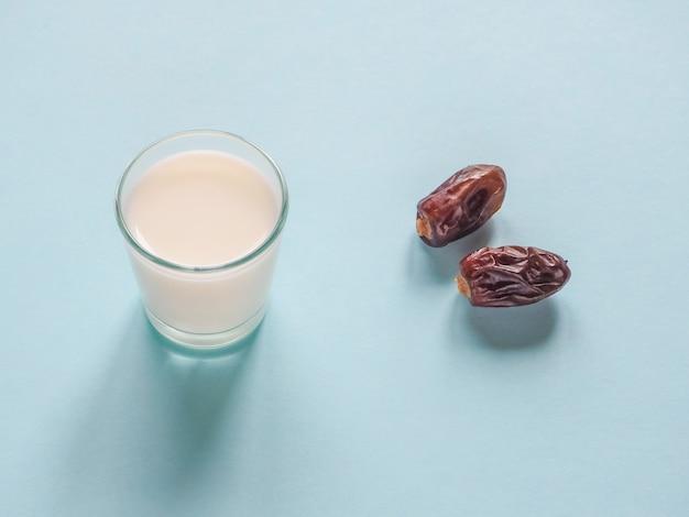 Sucré. palmier dattier et lait.