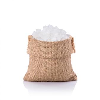 Sucre de roche blanc dans un petit sac