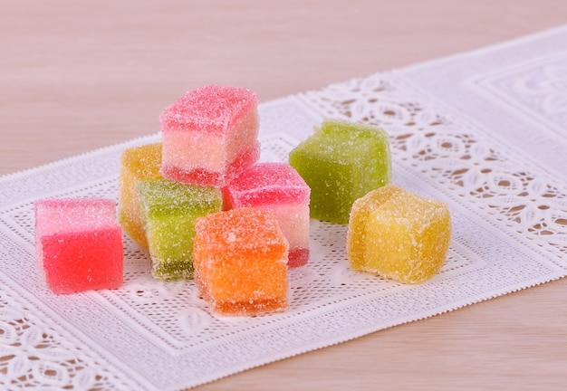Des sucreries. bonbons à la gelée sur une table en bois