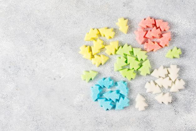 Sucres colorés en forme de sapin de noël.