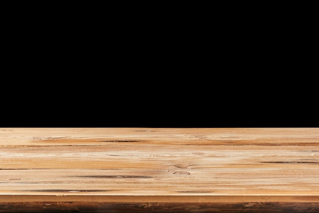 Suface en bois dur vieilli vide sur fond noir pour l'affichage et le montage de vos produits. empilage de mise au point utilisé pour créer une profondeur de champ totale.