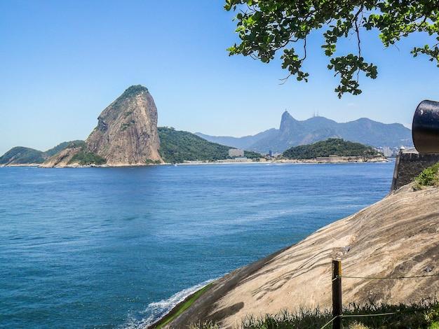 Sugarloaf mountain vu de niteroi à rio de janeiro, brésil.