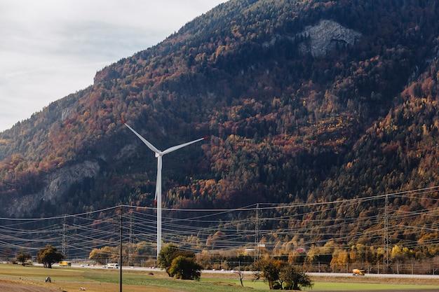 Suisse, centrale éolienne sur fond de montagnes alpines