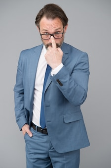 À la suite d'un professionnel de style personnel dans les affaires d'un homme barbu après un portrait de coiffeur