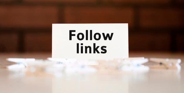 Suivez le texte des liens du concept d'entreprise avec des pinces à linge
