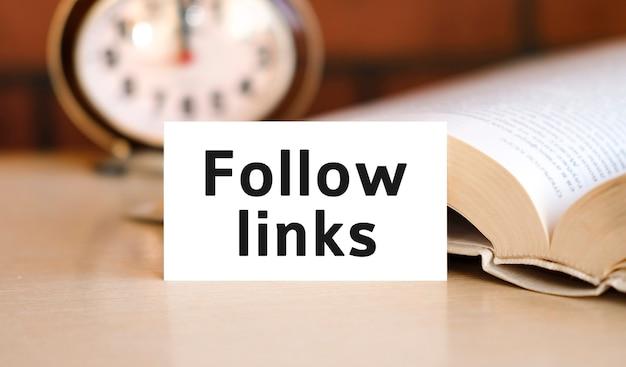 Suivez le texte des liens sur un livre blanc et une horloge
