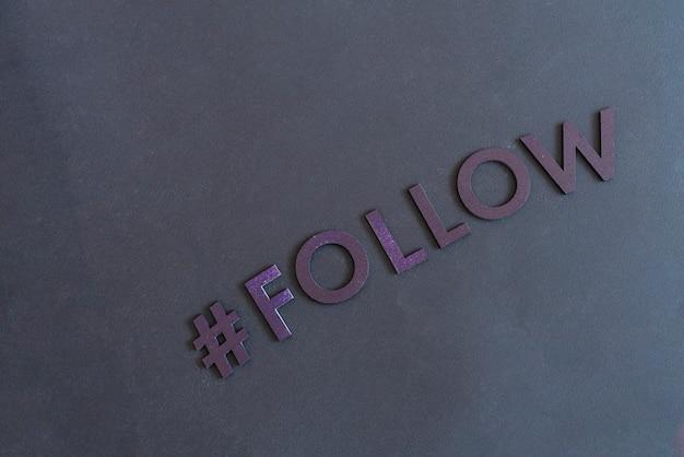 Suivi d'un hashtag, boutons de partage et de partage sur internet, mot de lettres coupées, mise à plat