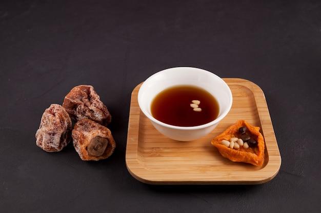 Sujeonggwa est une boisson coréenne traditionnelle il est fabriqué à partir de kaki séché gotgam
