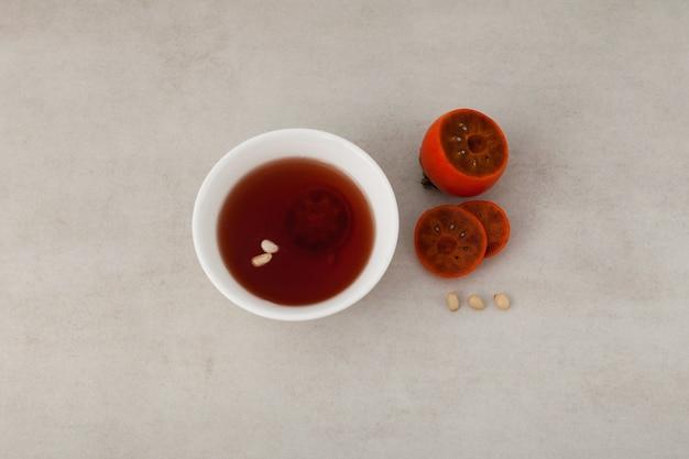 Sujeonggwa - thé aux fruits froid coréen ou punch réfrigéré.