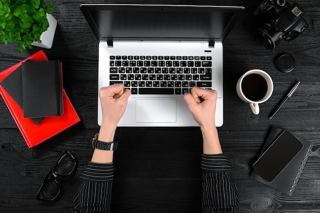 Sujet d'affaires et de technologie la main de la femme dans une chemise noire montrant un geste sur fond ...