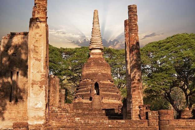 Sukhothai wat mahathat bouddha statues à wat mahathat ancienne capitale de sukhothai thaïlande sukhot