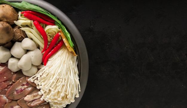 Sukiyaki japonais dans un pot en fonte traditionnel. chabu sukiyaki