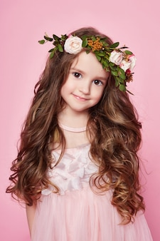 Summer girl bright look beaux vêtements. fleurs