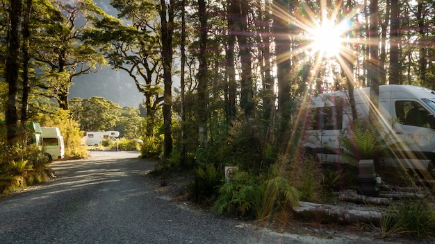 Sun star shot de camping situé dans les bois avec camping-cars rvs et chemin de gravier