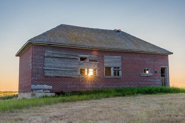 Sunburst à l'école abandonnée d'une seule pièce de bissell, en saskatchewan, près de simmie, en saskatchewan